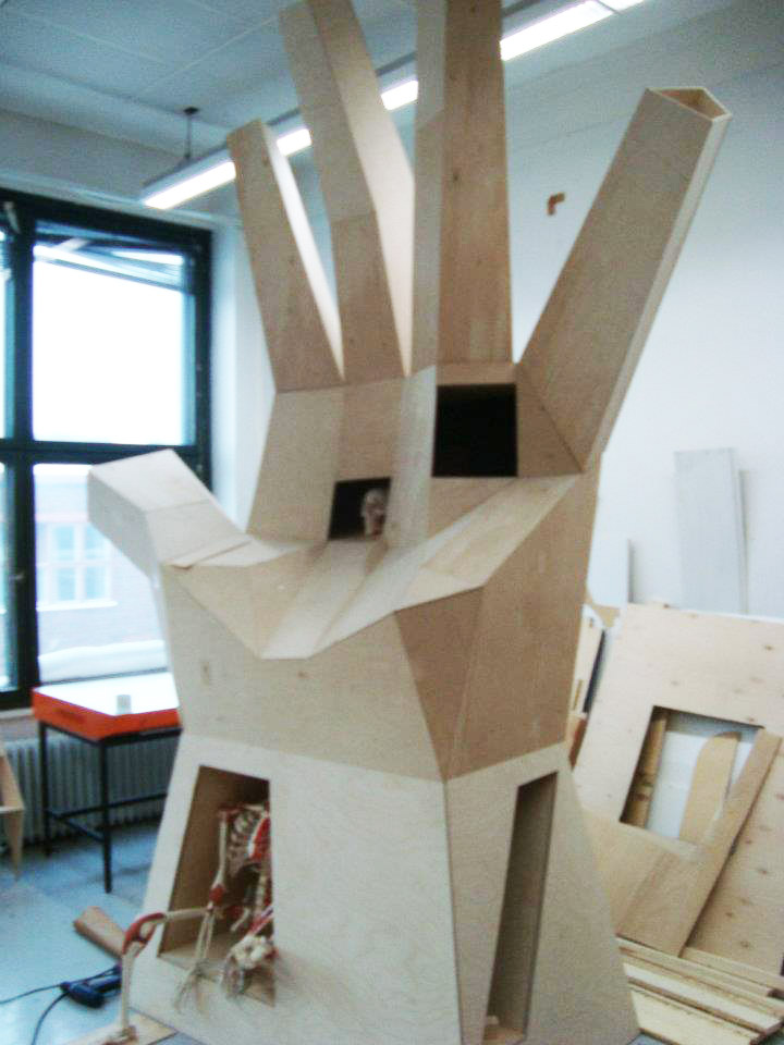 Puinen käsi rakennelma