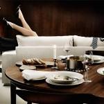 Ruokailun jälkeen sohvan takana pariskunta